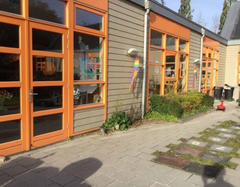 Pleintje van Kindercentrum Mallemolen Buiten achter slider